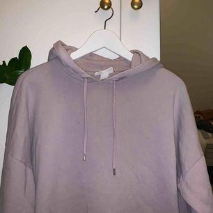 En hoodie från Monki i storlek S, men passar större. Knappt använd. Andra bilder visar färgen tydligare🥰 Frakt tillkommer!