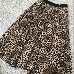 Snygg leopard långkjol från H&M! Går ner till knäna ungefär. Knappt använd så är i nyskick! Köpt för 349kr. Frakt tillkommer på 50kr🥰
