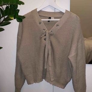 Stickad tröja med knytning från H&M! Frakt tillkommer!💞