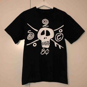 Stussy t shirt med tryck. Säljer för att den ej passar, fraktas eller möts upp i Stockholm:))