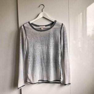 En mjuk och grå långärmad tröja från Forever21. Tröjan är väldigt tunn och bekväm.   Köparen står för eventuell portokostnad.