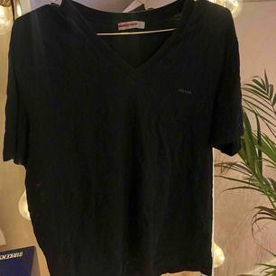 V-ringad t-shirt från Prada. Köpt i Paris tidigt 2000tal så har ingen aning om kollektionen. Frakt tillkommer:)
