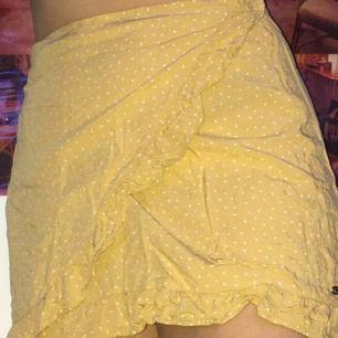 Världens finaste kjol från Pull&bear, gul omlottkjol med fin volang. Storlek L men LITEN i storleken! Passar mig som brukar ha 36-38!