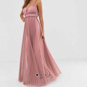 Balklänning från ASOS. Aldrig använd, endast provad vid ett tillfälle. Säljer pga hittat en annan klänning. Kan skicka mer bilder i chatten. Orginalpris ca 850 kr.