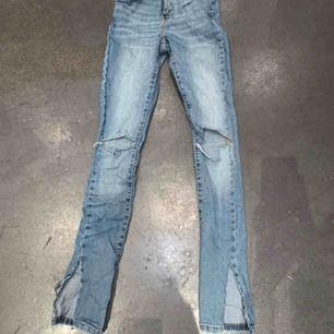 Ett par asballa ljusblåa jeans med både slits och hål vid knäna. Ett av mina favorit jeans. Passar xs/s. Väldigt bra skick. Köparen står för frakten