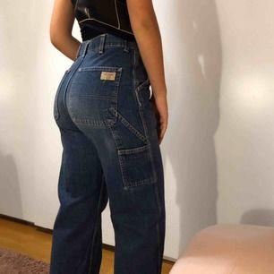 Säljer mina favvo jeans!! I modellen workwear, storlek 36 men skulle säkert oxå passa en storlek mindre eller större beroende hur man vill att dem ska sitta🧡 kan mötas upp i Lund, annars tillkommer frakt🌟✨