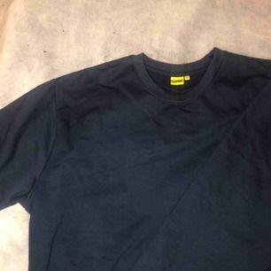 En stor mörkblå tröja, en alldeles för stor tröja för mig men som ändå sitter snyggt. Sjukt mysig dessutom. Frakt tillkommer 💜💜🥰