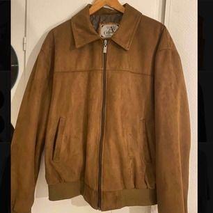 Säljer min fett snygga mocka jacka som är köpt på en vintage butik i Paris. Den är i mycket fint skick och passar perfekt till våren 🥰