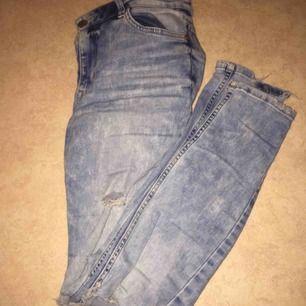 Mid Waits jeans med hål på båda knänen och lite slitna vid slutet frakt tillkommer🥰
