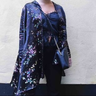 Säljer min superfina kappa från Ida Sjöstedt med blomprint på, så vacker. Köparen står för frakt :)