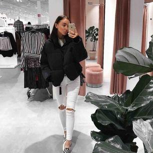 Vita snygga jeans i strl XS och jag är 165cm lång!💞 från weekday! Köpte för längesen men inte använda många gånger. Har klippt hålen i knäna själv, frakten tillkommer på 88kr (spårbart kostar extra)💕