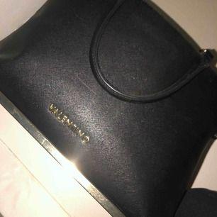 Väska från valentino, köpt på en butik för cirka 2700