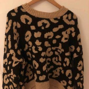snygg leopard tröja från strandivarius. Använd ca 2 gånger. Skit nsygg men säljer den pga att jag jag många tröjor :(
