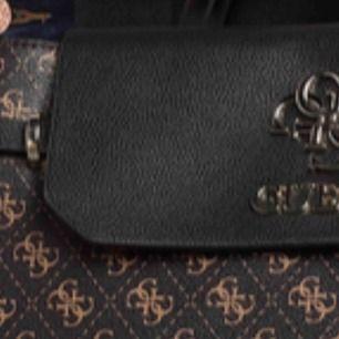 """Söker guess väska med axelrem med det traditionella """"logo-trycket"""" i brunt (som på bild)  med guld detaljer"""