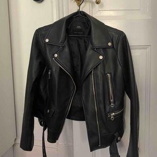 En svart skinnjacka från Zara som på sistone inte har kommit till användning, men den är i mycket gott skick!