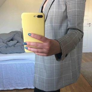 Super snygg dubbel knäppt blazer från Zara i storlek XS men oversized så passar även S. Bara använd endast en gång och i jätte bra skick. Ordinarie pris: 550kr  Köparen står för frakten!