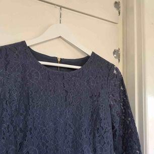 jättesöt spetsklänning från soaked in luxury 💕 endast använd vid två tillfällen men säljer den nu eftersom jag tyvärr växt ur den :/  hör av dig vid frågor!