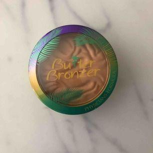 Oanvänd bronzer som luktar oerhört gott! Säljer pga slutat med bronzer, men är jätte fin på!