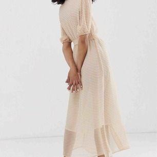 Oanvänd klänning från only  Passar mig som är 163 men också längre/kortare