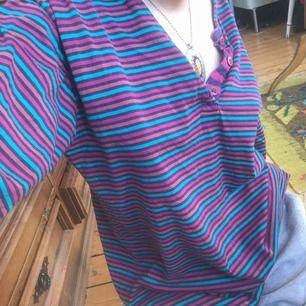 Snygg randig retro tröja! Är xs och på mig sitter den lite oversized jättesnygg men har inte använt den på ett tag :/