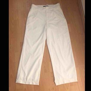 Högmidjade vita byxor från bikbok. Inte genomskinliga.Pris ink  frakt