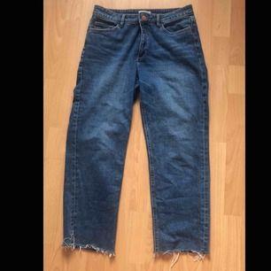 Jeans från Lindex i storlek 40. Perfekt Längt för mig som är 163. Byxorna är inte tights utan raka i modellen men figursydda vid rumpan. Mid waist