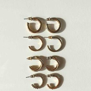 Guldiga örhängen, säljer alla 4 par för 45 kr, frakten ligger på 39 kr, totalpris: 84 kr