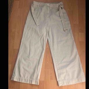 Vida/raka jeans från zara med skärp. Skärpet har en liten fläck som knappt är synbart. Passar perfekt i längt på mig som är 163 men också på kortare.