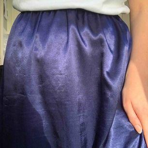 90s marinblå kjol som påminner om en underkjol. Står ingen storlek men är elastisk i midjan så tänker att den passar allt mellan xs-m! Frakt 42kr