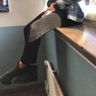 Säljer mina skitsnygga manchesterbyxor, sitter som en smäck😍 Ser lite gråa ut men är helt svarta, säljer då dom dom är lite för små och inte kommer till någon användning. Skulle säga att dom passar 36-38, buda!!!🌸🌸