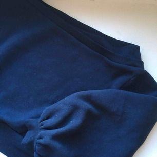 Mörkblå tröja från Lost Ink med puffiga ärmar. Använd 1 gång. gratis frakt