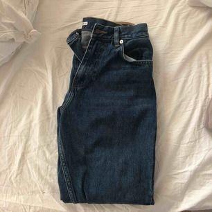 Snygga girlfriend jeans från Junkyard, endast använda två eller tre gånger! Frakt inkluderat i priset!