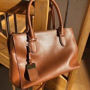 Supersnygg Ralph Lauren väska i brunt läder i toppskick. Säljer pga har ingen användning för den i nuläget <3