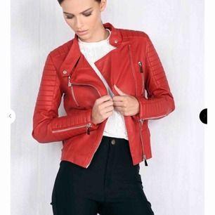 HELT NY, aldrig använd !! Super cool röd jeans jacka från Ciquelle, köpt för 700 kronor. Kan prutas vid snabb affär