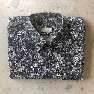 Stilfull svartvit bomullsskjorta från Eton. Ett perfekt sätt att ge din garderob lite variation utan att vara för uppseendeväckande. Stl 43/XL i slim fit, använd ett fåtal ggr men i bra skick.