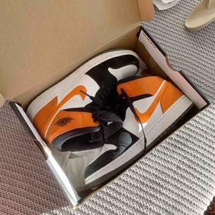 Nike Air Jordan mid, storlek 38,5 väldigt bra skick då de inte kommit till så pass mkt användning