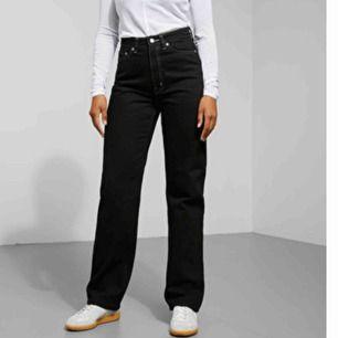Svarta row jeans med vita sömmar från weekday som aldrig kommer till användning längre. Köparen står för frakt!