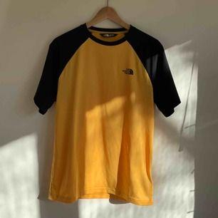 En gul & svart north face tshirt! Skönt material, logga fram & bak. Använd 1 gång, därav i nyskick 🌟