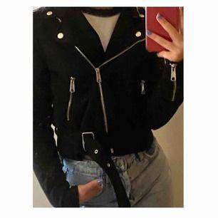 Helt oanvänd jätte fin biker jacket i mjuk mockaimitation säljer då den är för stor för mig så har inte haft nån användning för den💕