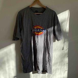 Dickies tshirt med tryck fram. Tröjan är väl använd därav har loggan blivit snyggt sliten🌟 Sitter som en L/XL