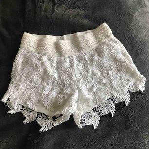 Jätte bekväma shorts men söta detaljer. Säljer pga att de är för små.  Original pris-150kr