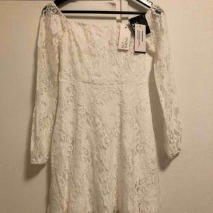 En vit klänning från Nelly. Storlek 34. 150kr inkl. frakt.