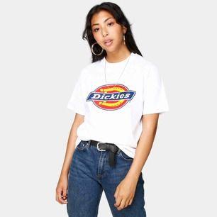 Dickies t-shirt i strl xs, men som s. Använd en gång så i nyskick!  Frakt: 42kr  Nypris: 299kr på Junkyard