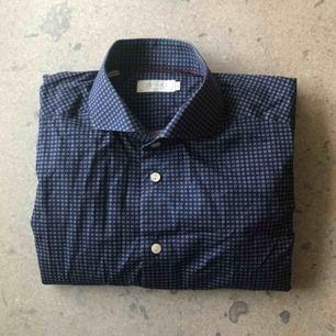 Simpel mörkblå bomullsskjorta från Eton. Stl 43, XL i slim fit. Använd ett fåtal gånger, i bra skick.