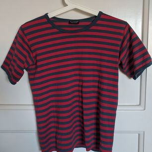 Röd och blå randig tshirt från Marimekko. För liten för mig som har M, passar nog bäst på en XS. Väldigt fint skick!
