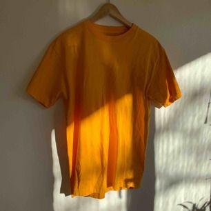 Det är en fin varm gul färg på denna tshirt🌞 använd 2-3 gånger! Står ingen stl i den men sitter som en M. Köpt på urban outfitters!