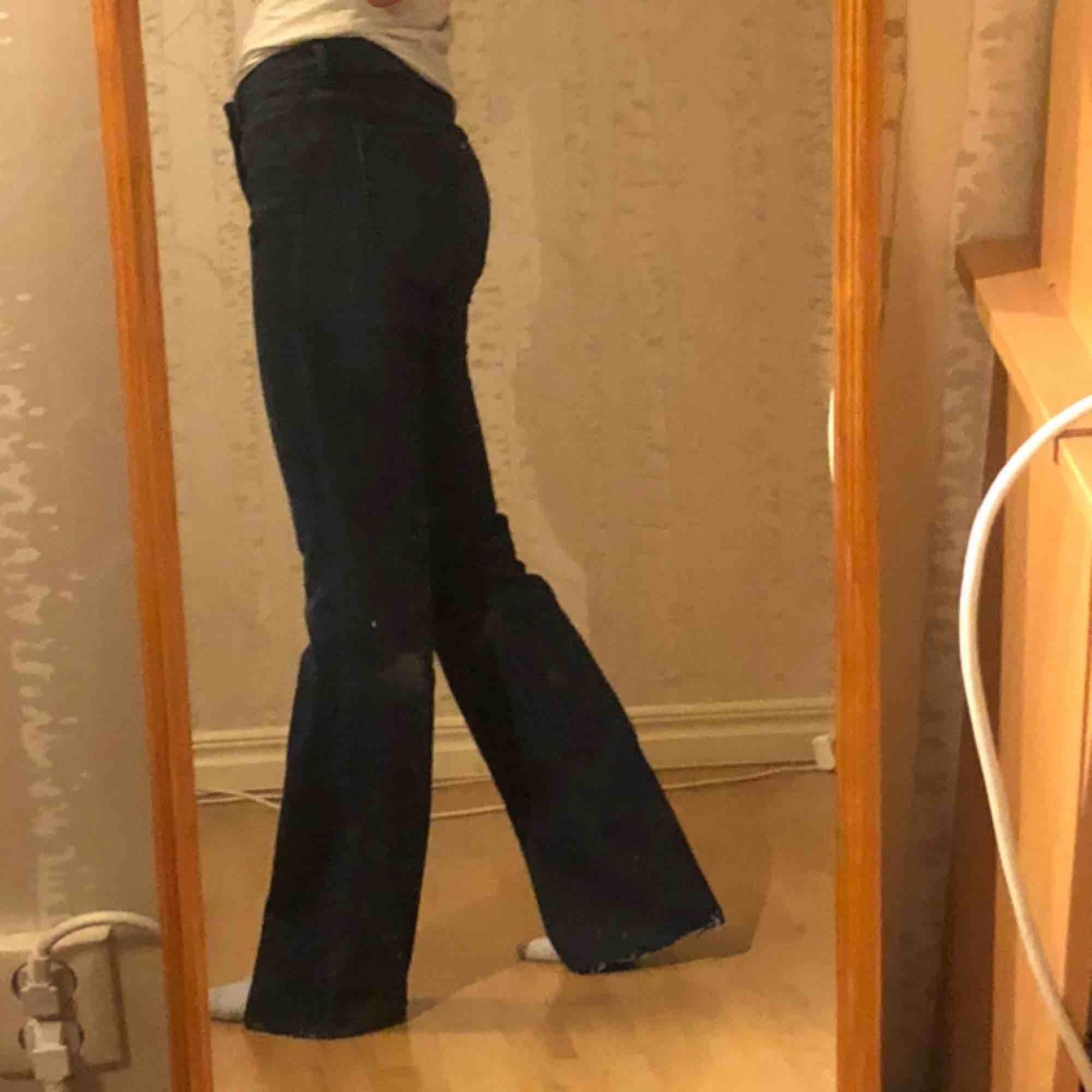 Ett par mörk blåa flare jeans ifrån hm! Står att de är waist 26. Passar mig utmärkt som vanligtvis har xs/s  Pris kan diskuteras vid snabb affär!💕. Jeans & Byxor.