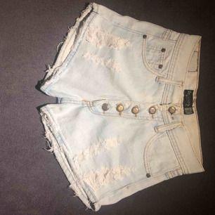 Jätte fina jeans shorts. Står att det är en s men skulle anse att det även borde passa en xs för de är lite mindre i storlek. Säljs för att jag har växt ut dom! Pris kan alltid diskutera💕