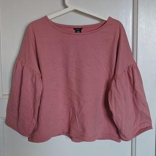 Rosa tröja i tjockare sweatshirtmaterial från Lindex. Aldrig använd. Passar en M också! Armarna är lite kortare trekvartärmar.
