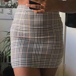 En jätte fin kjol som jag beställde men visade sig vara mycket mindre i storlek så den passar tyvärr inte där av säljer jag den istället 💖💖 köparen står för frakten på 50kr